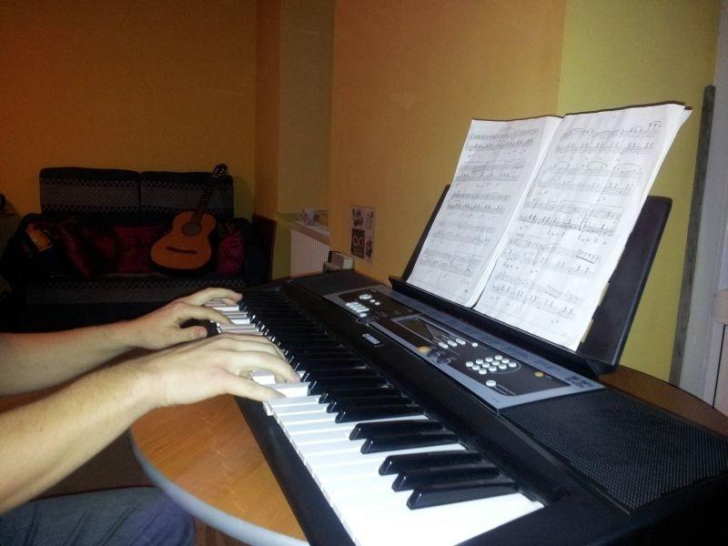 hostel camera de jocuri pian